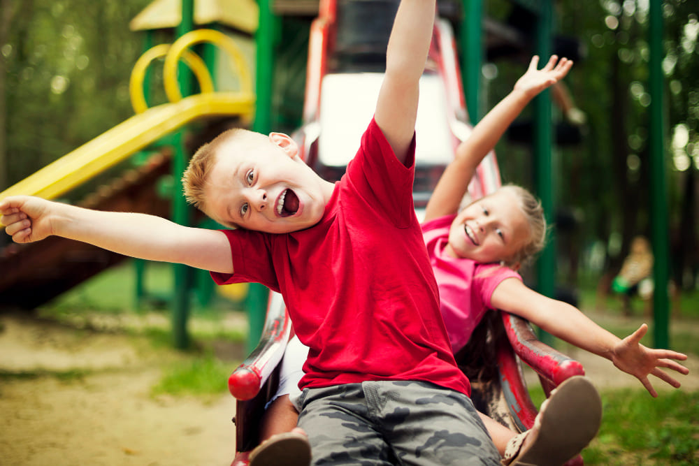 des enfants dans une aire de jeux